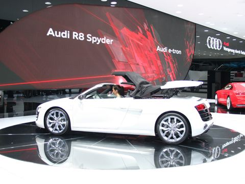 0909_05_z+2010_audi_r8_spyder_at_frankfurt+side_view