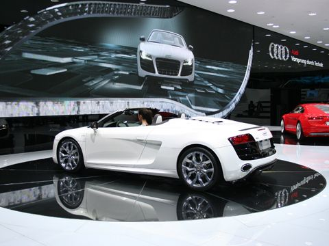 0909_06_z+2010_audi_r8_spyder_at_frankfurt+rear_three_quarter_view